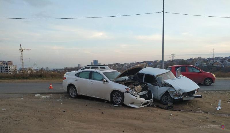 «Пятерка» протаранила Lexus ES в Волгограде: двое в больнице
