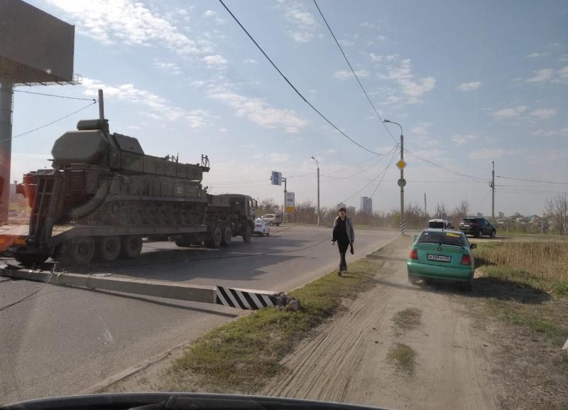 Снос двух столбов военной техникой на Мамаевом кургане в Волгограде попал на видео