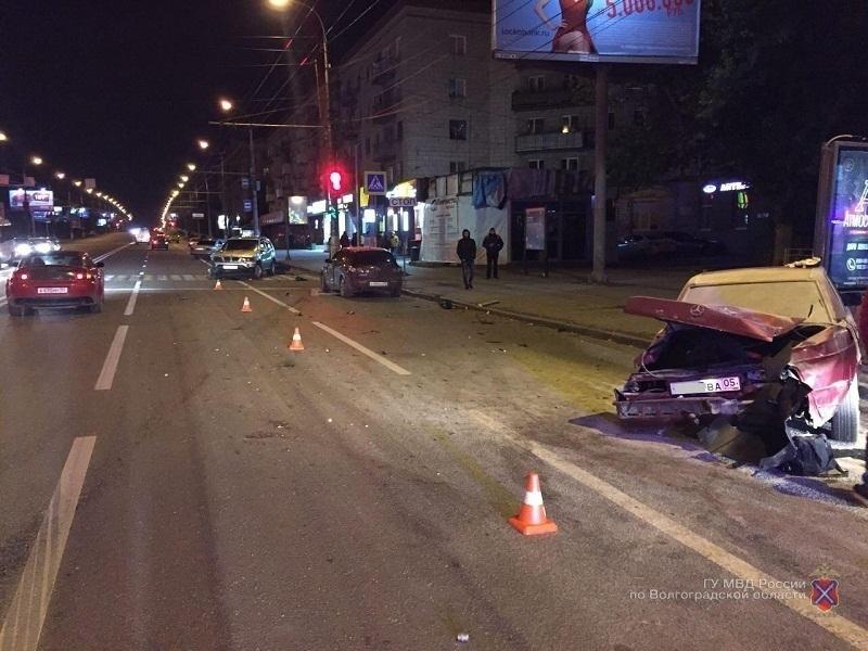 Свидетели: ВВолгограде компания молодых людей пострадала вДТП с2 авто
