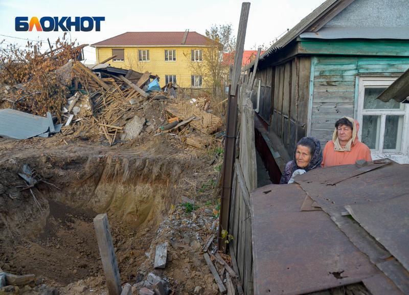 Дом вместе с двумя волгоградками скоро уйдёт под землю: чего стоил отказ переехать с хорошего места