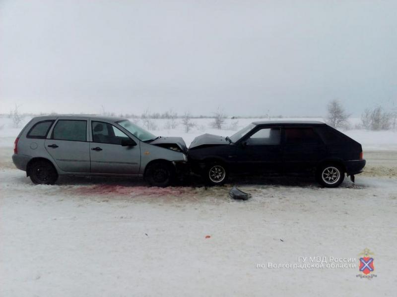 Пассажирка Lada Kalina от новогоднего «поцелуя» с «четырнадцатой» под Волгоградом попала в больницу