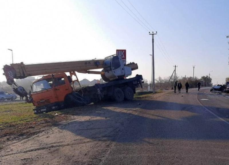 Стали известны подробности ДТП с автокраном и «четырнадцатой» рядом с заправкой в Волгограде