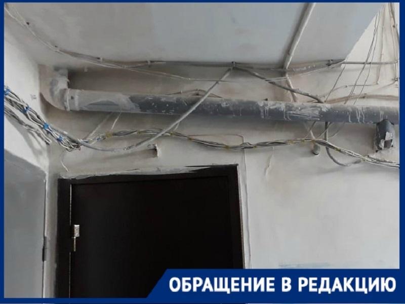 Несколько лет жители многоэтажки в Волгограде не могут дождаться ремонта подъезда