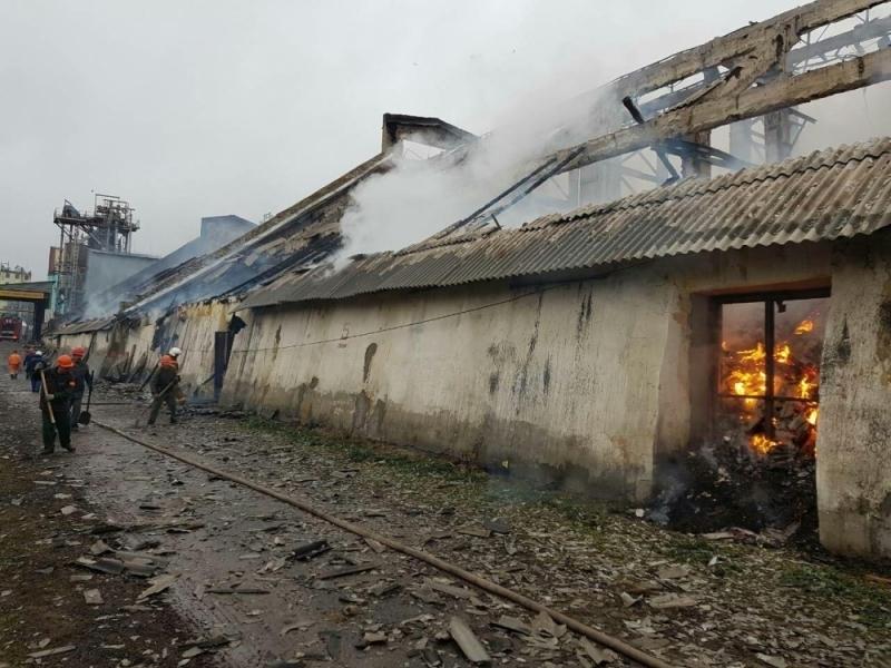 Часть завода обрушилась в Урюпинске из-за крупного пожара