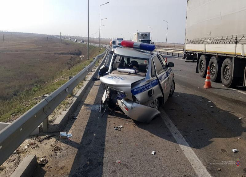 Водитель на Volvo протаранил машину ДПС под Волгоградом