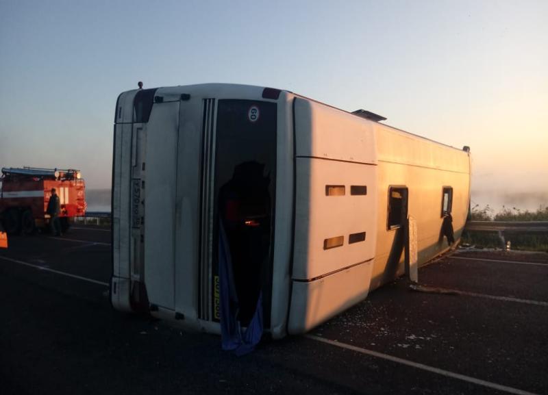 Легковушка врезалась в рейсовый автобус под Волгоградом: 6 пострадавших и 1 погибший
