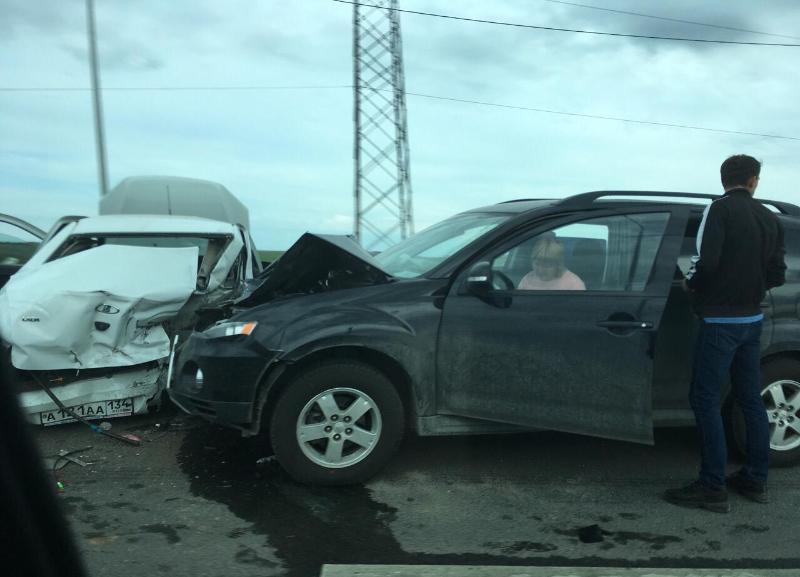 Жуткое ДТП между Lada и Mitsubishi произошло на заезде на мост в Волжском