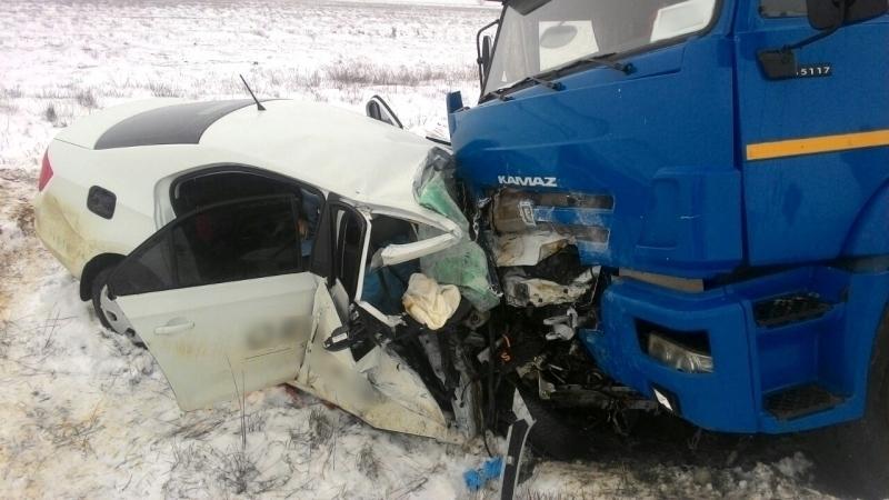 На трассе Волгоград - Астрахань в ДТП с участием Skoda и КамАЗ погибли 4 человека