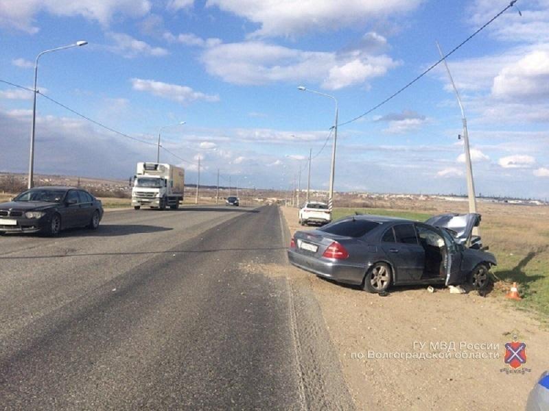 Водитель на Mercedes протаранил столб на севере Волгограда: двое в больнице