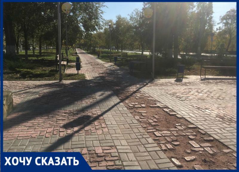 Прогулка по пересеченной местности: пешеходную дорожку под окнами администрации просят починить жители Кировского района