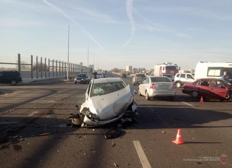 На видео попали последствия серьезного ДТП с маршруткой и двумя легковушками у строящейся развязки нового моста в Волжском