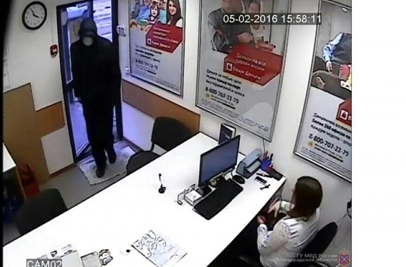 В Волгограде мужчина связал руки сотрудника кредитной фирмы и ограбил ее