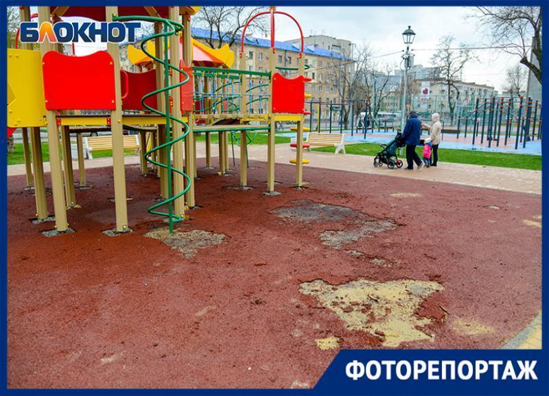 Дырявое покрытие на новой площадке в парке «Сказка» показал волгоградский фотограф