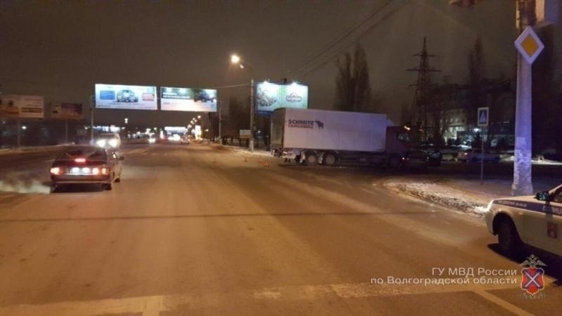 ВВолгограде грузовой автомобиль влетел в легковую машину, пострадал младенец