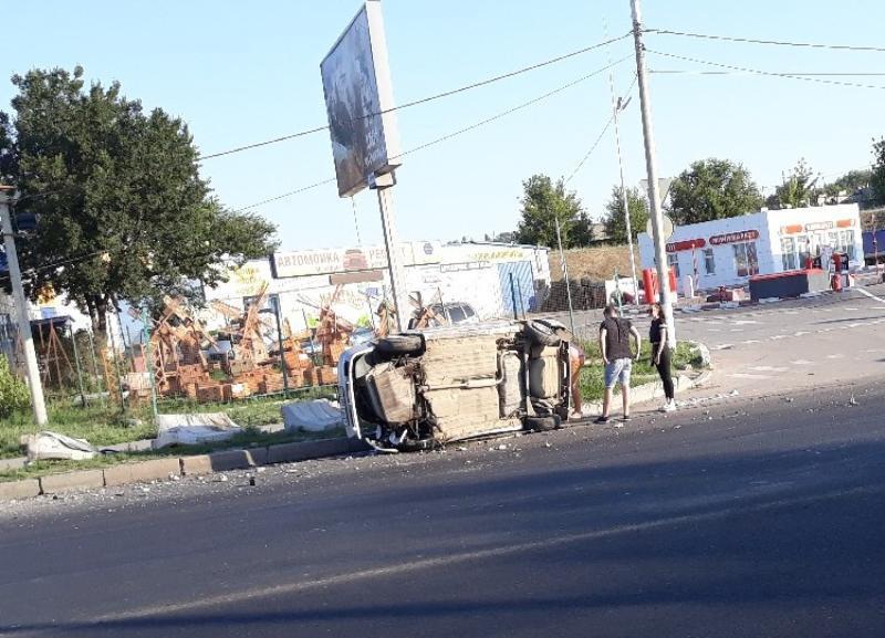 Рано утром отечественная легковушка перевернулась в Волгограде: авария попала на видео