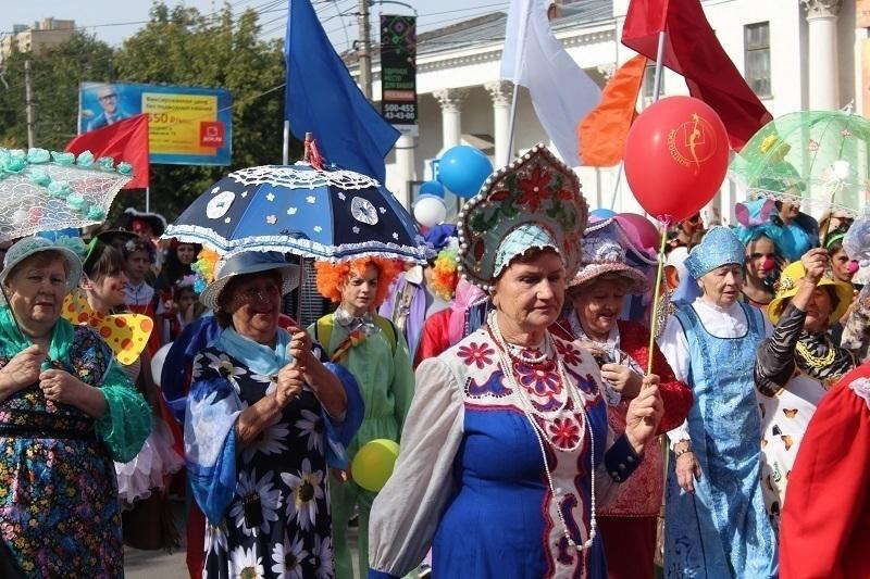 В честь Дня города по центру Волгограда прошла цирковая кавалькада