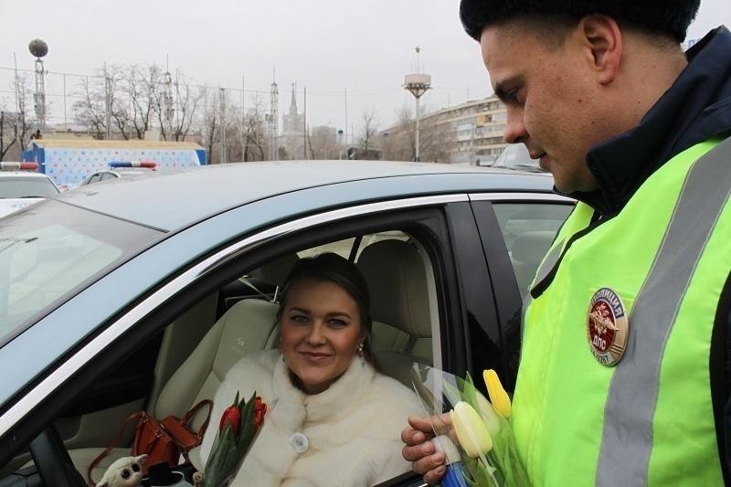 Полицейские осыпали цветами волгоградских автоледи