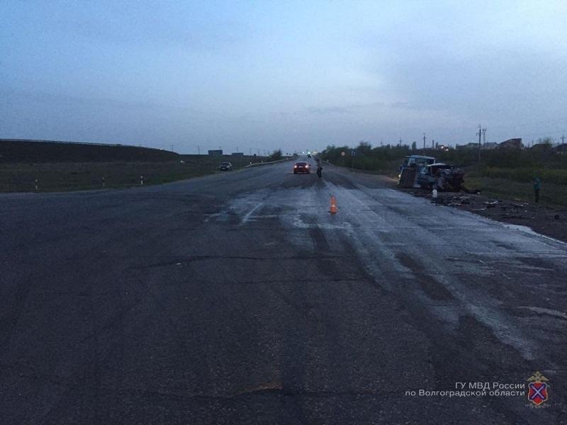 Два человека погибли в страшном столкновении Nissan и ВАЗ в Волгограде