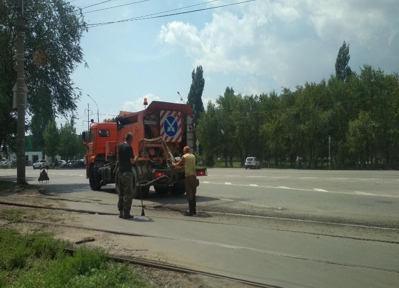 После публикации в «Блокнот Волгограда» на трамвайном переезде заделали яму
