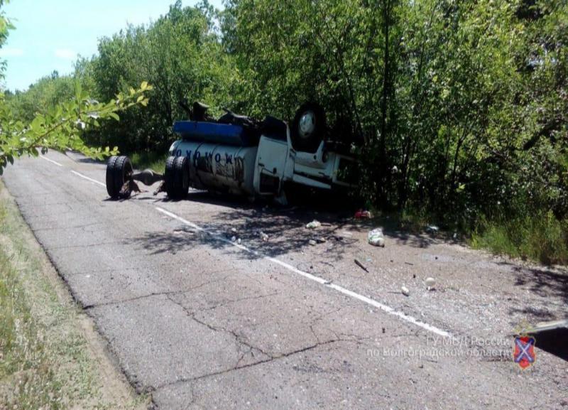 Молоковоз опрокинулся в кювет под Волгоградом: двое в больнице