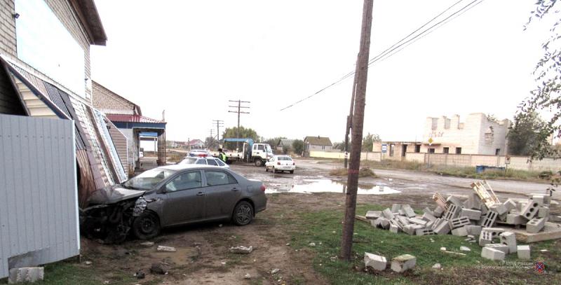 Водитель Toyota протаранил строительный магазин в Волгоградской области