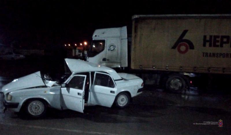 «Волга» выехала на «встречку» и врезалась в грузовик в Волжском: один погиб, двое в больнице