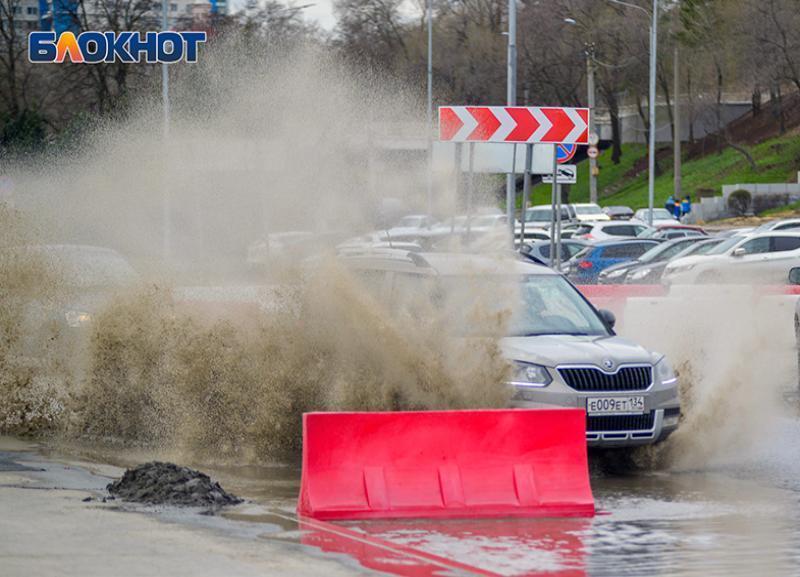 Гигантскую лужу на набережной Волгограда вынуждены преодолевать автомобилисты