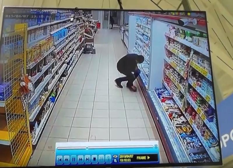 Жительница Волгоградской области по видео ищет подобравшего банковскую карту мужа