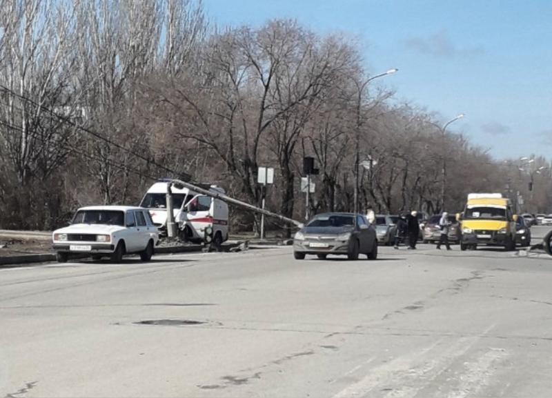 Скорая помощь протаранила столб в Волжском: пострадала фельдшер