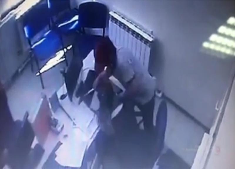 На видео попал грабитель кредитного офиса в Волгограде, сотрудница умоляла не трогать ее
