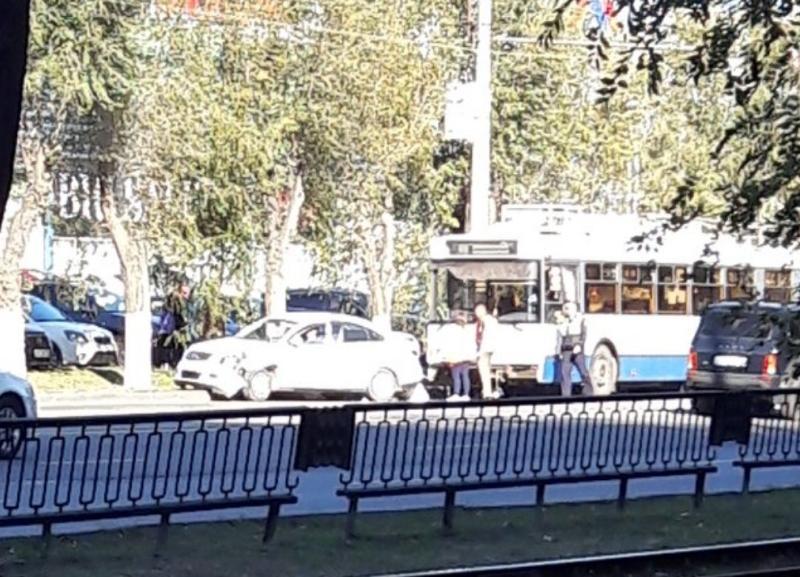 Тройное ДТП с троллейбусом произошло в Краснооктябрьском районе Волгограда