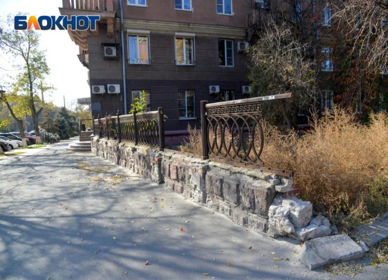 Стало известно, куда исчезла ограда вдоль улицы Советской в Волгограде