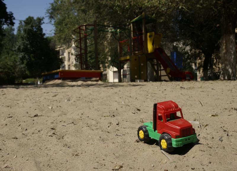 В детском саду №337 в Волгограде дети играли по соседству с отходами из бетона и старыми шинами