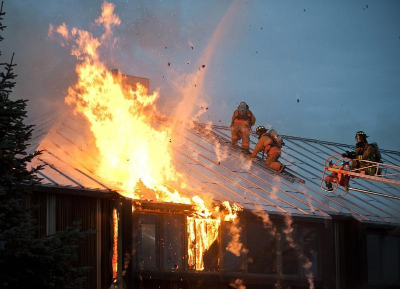 Два человека заживо сгорели утром при пожаре дома под Волгоградом