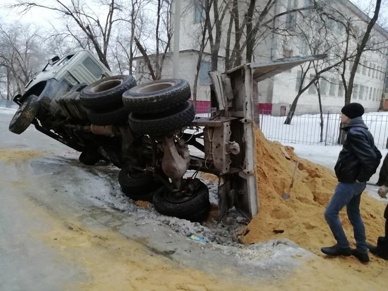 КамАЗ с песком перевернулся на скользкой дороге в Волгограде