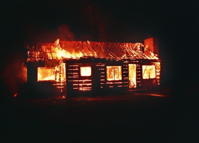 Дети баловались с огнём: пожар уничтожил постройки в селе под Волгоградом