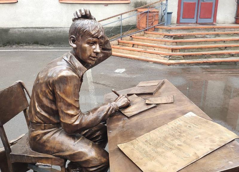 В Волгоградской области появился памятник со знаменитой фразой «Брошу все – уеду в Урюпинск»