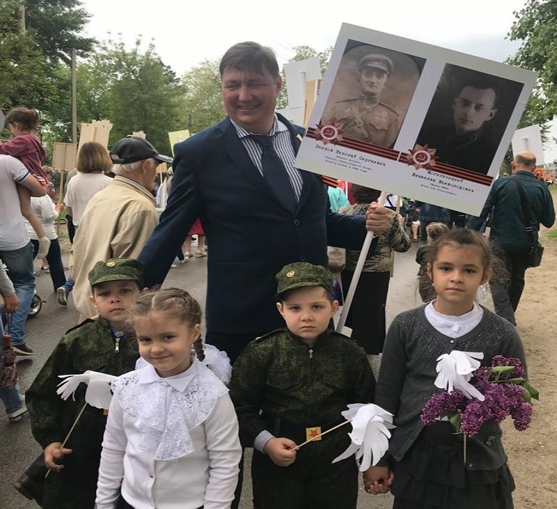 Депутат Волгоградской облДумы прошел в колонне Бессмертного полка не в Волгограде