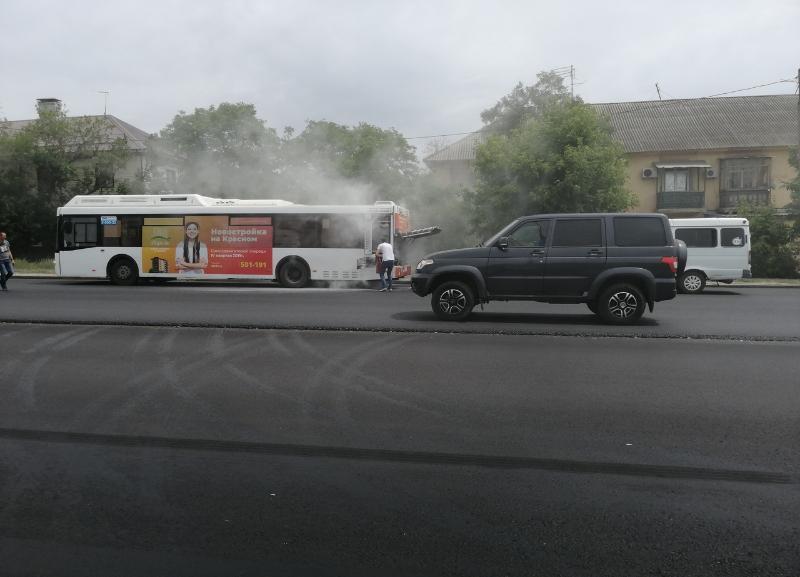 Автобус №25 задымился рядом с остановкой «Нефтяной техникум» в Волгограде