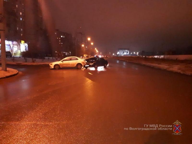 «Десятка» протаранила Mitsubishi в Волгограде: 12-летняя школьница и водитель в больнице