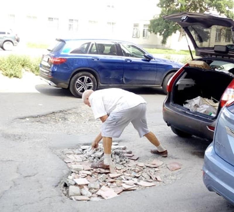 Сам себе дорожник: водители сами латают глубокие ямы битым кирпичом в центре Волгограда