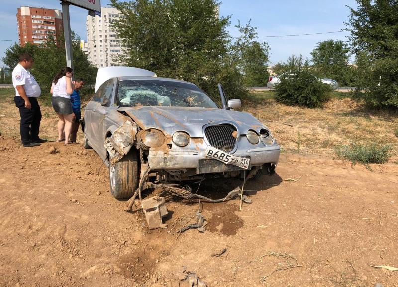 Машина виновника отлетела на несколько метров в поле: подробности ДТП в Волжском, где пострадали дети