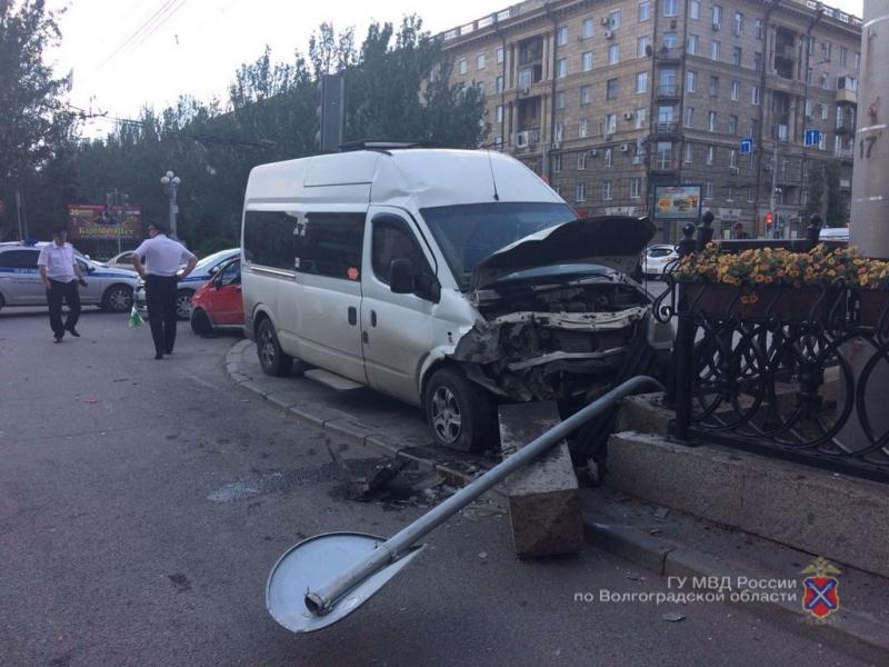 Страшная авария Daewoo Matiz с маршруткой в Волгограде попала на видео