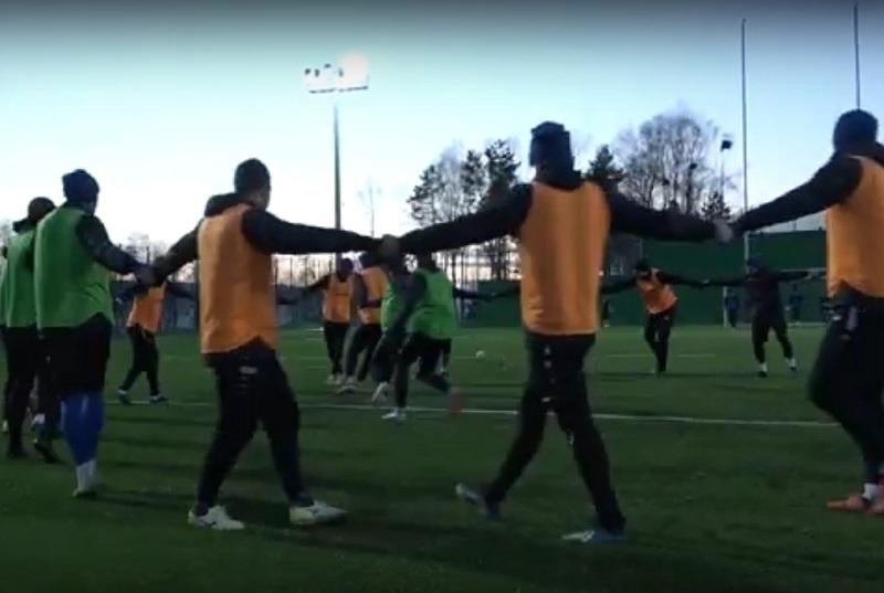 Игроки «Ротора» устроили хоровод на футбольном поле