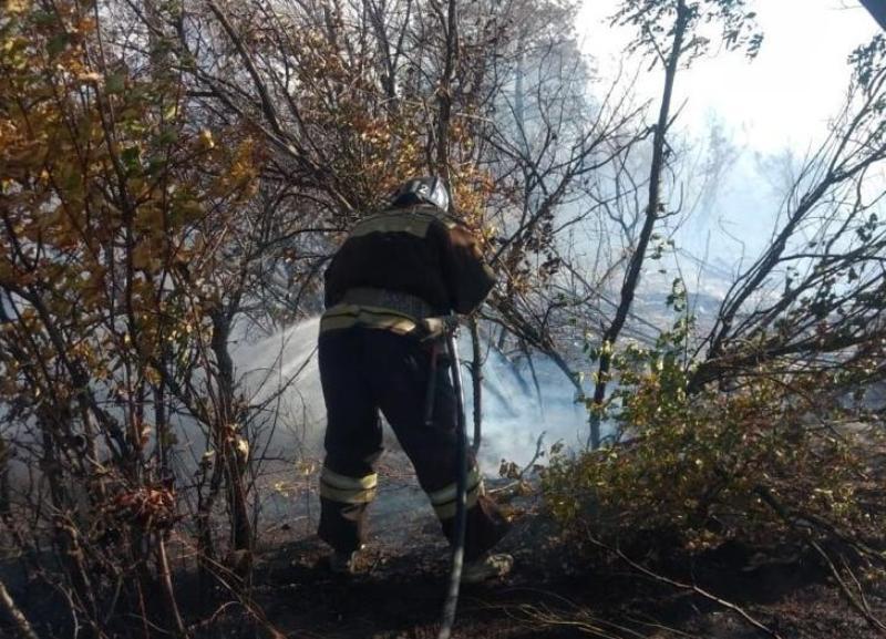 На видео засняли очевидцы тушение крупного пожара на Ангарском в Волгограде