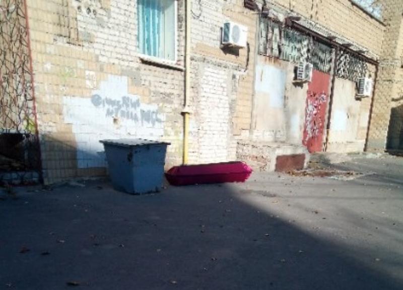 Выброшенный гроб рядом с детской больницей в центре города напугал волгоградцев