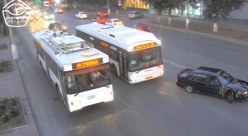«Форсаж» по-волгоградски попал на видео: водитель «пятнадцатой» пытался втиснуться между автобусом и троллейбусом