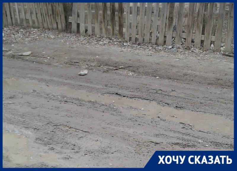 Утопать в грязи приходится жителям двора в Тракторозаводском районе Волгограда