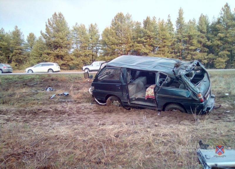 Перевернулся минивэн с пассажирами на трассе в Волгоградской области