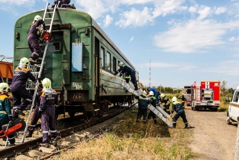 Волгоградские cотрудники экстренных служб вытянули сотню пострадавших изсошедшего срельсов поезда